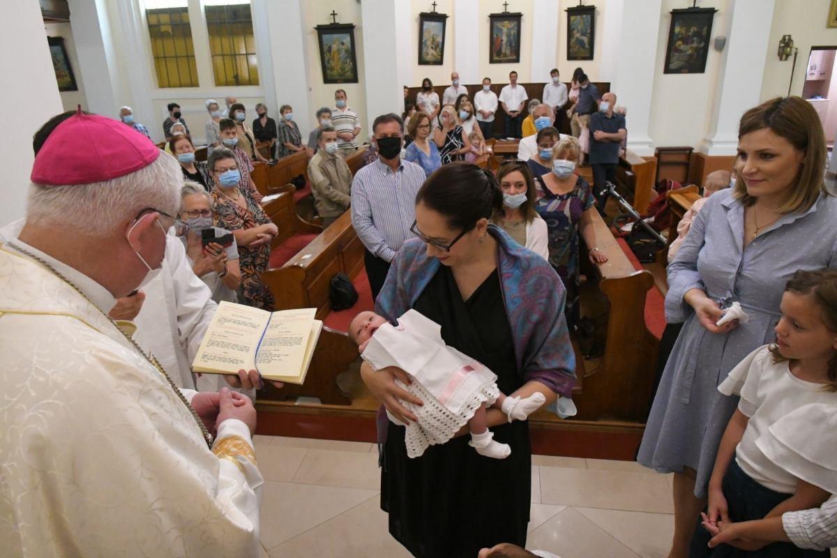 Nadbiskup koadjutor, mons. Mate Uzinić, krstio je malu Paolu Konta